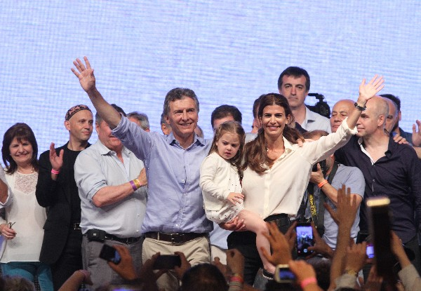 El líder del frente opositor Cambiemos, Mauricio Macri (cen), saluda a seguidores junto a su esposa Juliana Awada (der) y a su hija Antonia. (Foto Prensa Libre:EFE).
