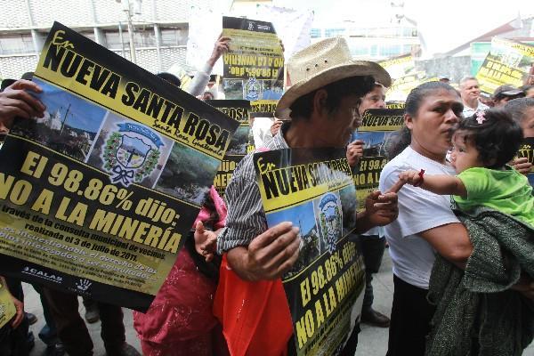 <p>Pobladores de Nueva Santa Rosa portan carteles en los que manifiestan su oposición a la minería en El Escobal.</p>