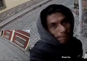 Cámara de seguridad ubicada en una oenegé de Cajolá, Quetzaltenango, grabó a un hombre al momento de robarla. (Foto Prensa Libre: Facebook Pies de Occidente)