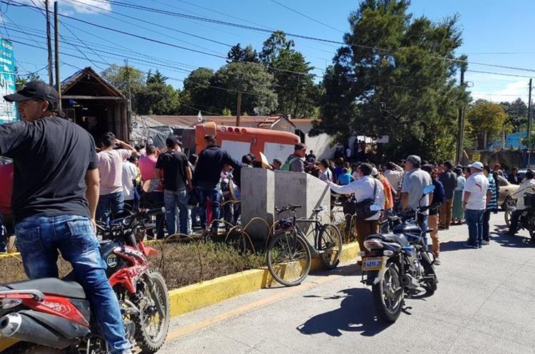 Los pasajeros fueron trasladados por Bomberos Voluntarios al hospital local.