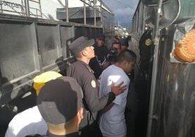 Agentes de la PNC trasladan a Tribunales a internos que protagonizaron el motín en Las Gaviotas, zona 13. (Foto Prensa Libre: Estuardo Paredes).