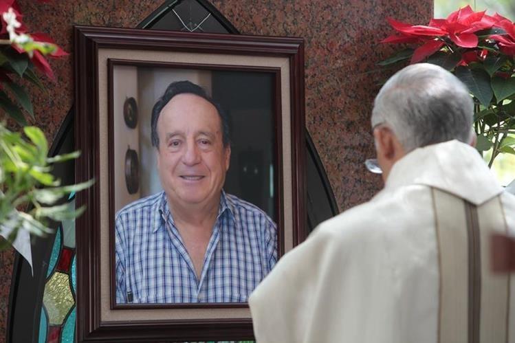 Amigos, seguidores y algunos familiares de Roberto Gómez Bolaños realizaron una misa para recordar al genio de la televisión. (Foto Prensa Libre: EFE)