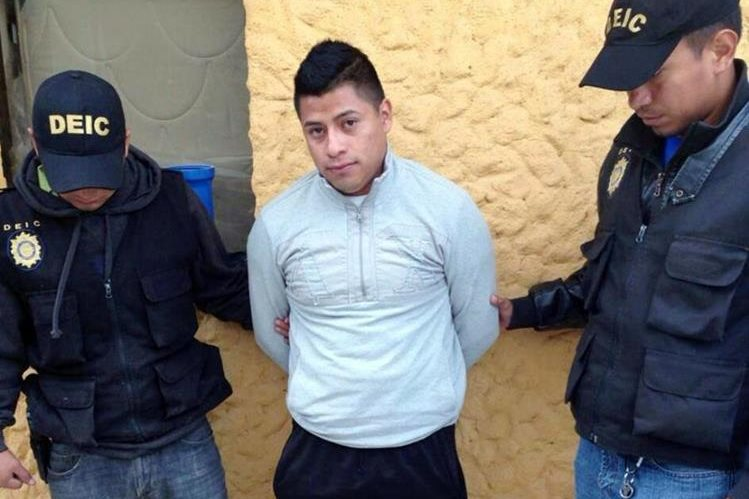 Bulux Menchu, de 23 años, es capturado por agentes de la Policía Nacional Civil en La Esperanza, Quetzaltenango.(Foto Prensa Libre: Carlos Aventura)