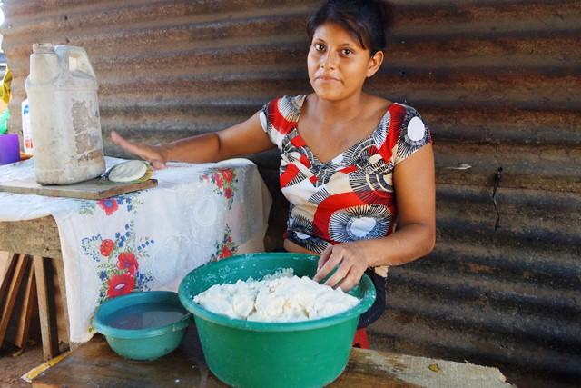 Elda subsiste con una tortillería. (Foto Prensa Libre: Mario Morales)