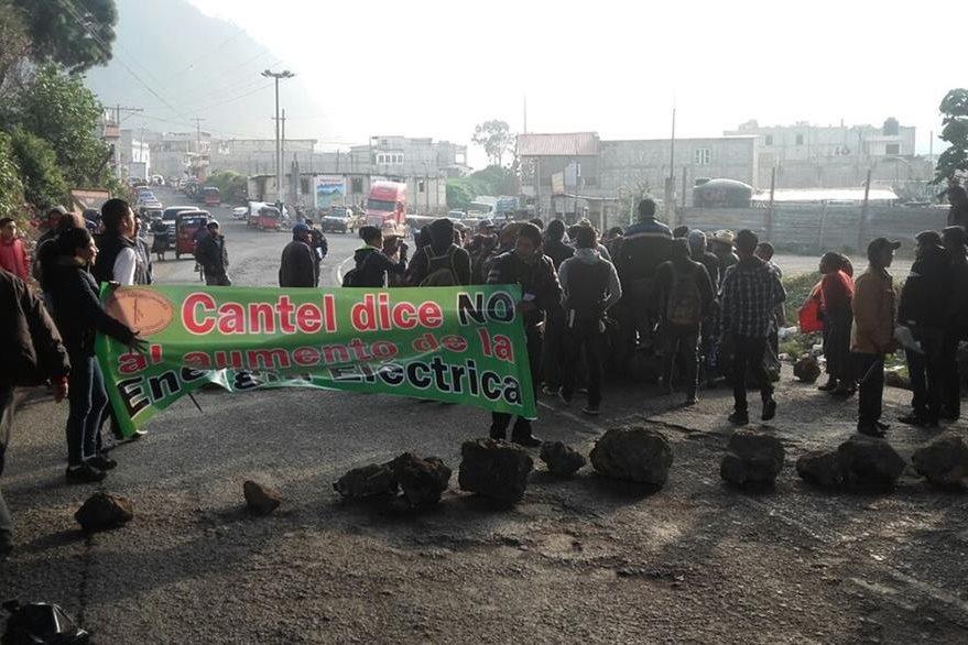 La ruta de Zunil, Quetzaltenango, hacia la costa sur, permanece bloqueada por pobladores. (Foto Prensa Libre: Carlos Ventura)