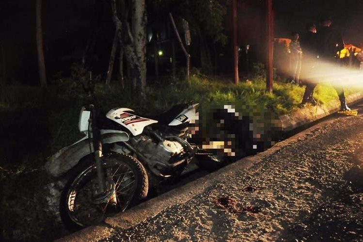 Roberto Sagastume iba de pasajero en la motocicleta y murió en el lugar de ataque. (Foto Prensa Libre: Mario Morales.