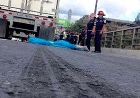 Bomberos Municipales observan el cadáver del suicida. (Foto Prensa Libre: CBM)