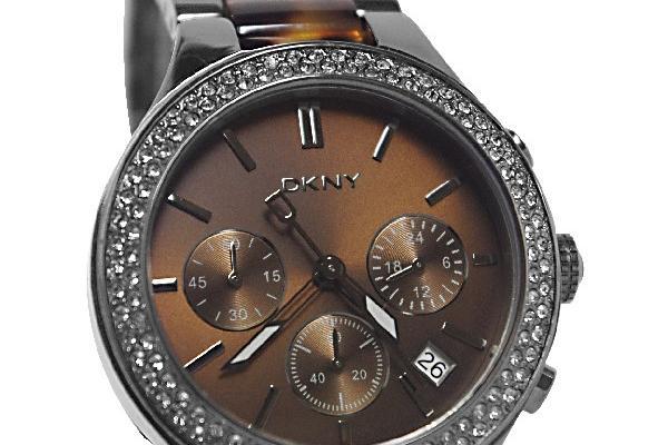 El material del DKNY NY8668 es de acero inoxidable e incluye cronómetro.