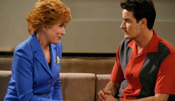 Charlie Sheen y Holland Tylor compartieron escena en la serie de Dos hombres y medio. (Foto Prensa Libre: Hemeroteca PL)