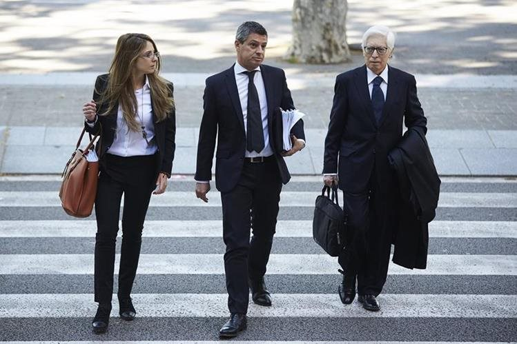 El abogado de Lionel Messi, Enrique Bacigalupo y el abogado de su padre, Javier Sánchez-Vera, a su llegada a la Audiencia de Barcelona donde ha comenzado el juicio al jugador del FC Barcelona Lionel Messi y a su padre, Jorge Horacio Messi. (Foto Prensa Libre: EFE)