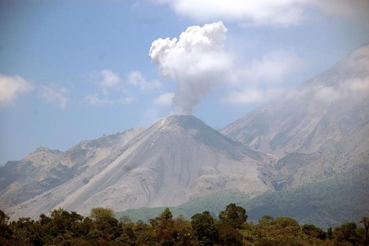 Volcán Santiaguito lanza ceniza a Xelajú y comunidades carcanas. (Foto Prensa Libre: Carlos Ventura)