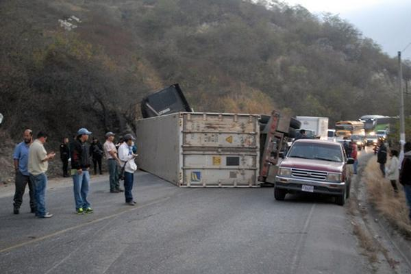 <p></p><p>La carretera quedó bloqueada por el percance vial. (Foto Prensa Libre: Hugo Oliva)</p>