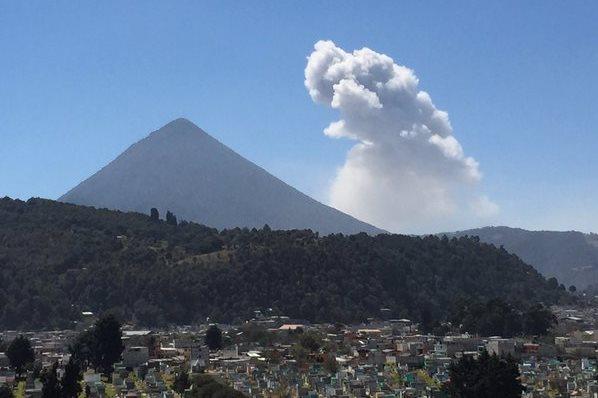 Volcán Santiaguito lanza humo y ceniza.