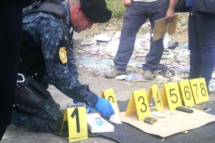 La policia incautó un paquete con droga y detuvo a dos hombres. (Foto Prensa Libre: PNC)