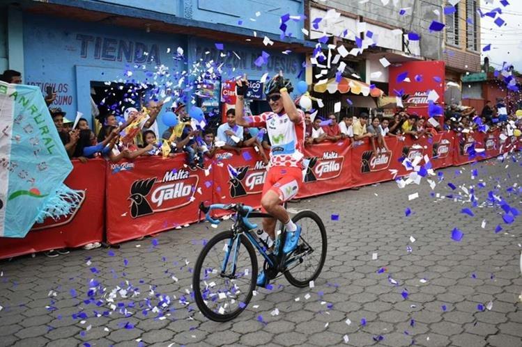El ciclista ecuatoriano Jefferson Cepeda ingresa a la meta de la quinta etapa. (Foto Prensa Libre: Cortesía La Red)