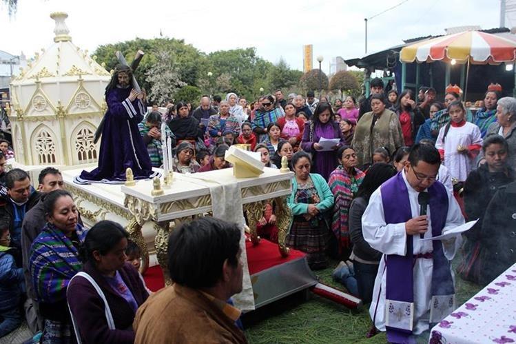 Viacrucis con la imagen de Jesús Nazareno, en Santa Cruz del Quiché. (Foto Prensa Libre: Óscar Figueroa)