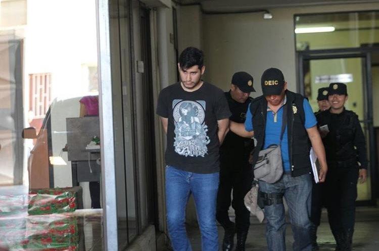 Daniel Alejandro Lutín Gómez era uno de los encargados de monitorear las cámaras de seguridad del banco, robado el pasado lunes. (Foto Prensa Libre: Érick Avila)