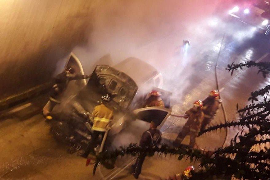 Cuerpos de socorro sofocaron el incendio de un automóvil. (Foto Prensa Libre: Bomberos Voluntarios)