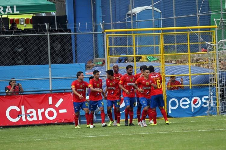 Jugadores de Municipal festejan la segunda anotación. (Foto Prensa Libre: Carlos Vicente)