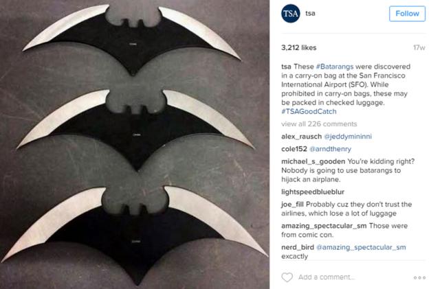 Parece que los batarangs son populares entre más de un viajero. En la imagen, tres de ellos encontrados en una bolsa en el Aeropuerto Internacional de San Francisco. (INSTAGRAM/TSA)