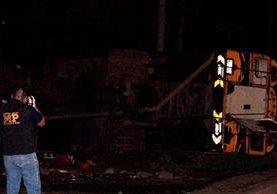 Agente del MP recaba evidencias en el lugar donde volcó el autobús. (Foto Prensa Libre: Melvin Popá)