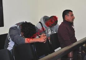 Tres de los señalados por supuesto abuso contra un menor en el Club Xelajú MC, son notificados del inicio de su juicio. (Foto Prensa Libre: Alejandra Martínez)
