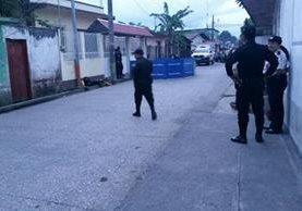 Policías vigilan el exterior del negocio donde ocurrió el hecho. (Foto Prensa Libre: Rigoberto Escobar)