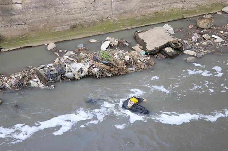 La contaminación por aguas servidas representa un peligro para la salud de los vecinos de Xela. (Foto Prensa Libre: María José Longo)