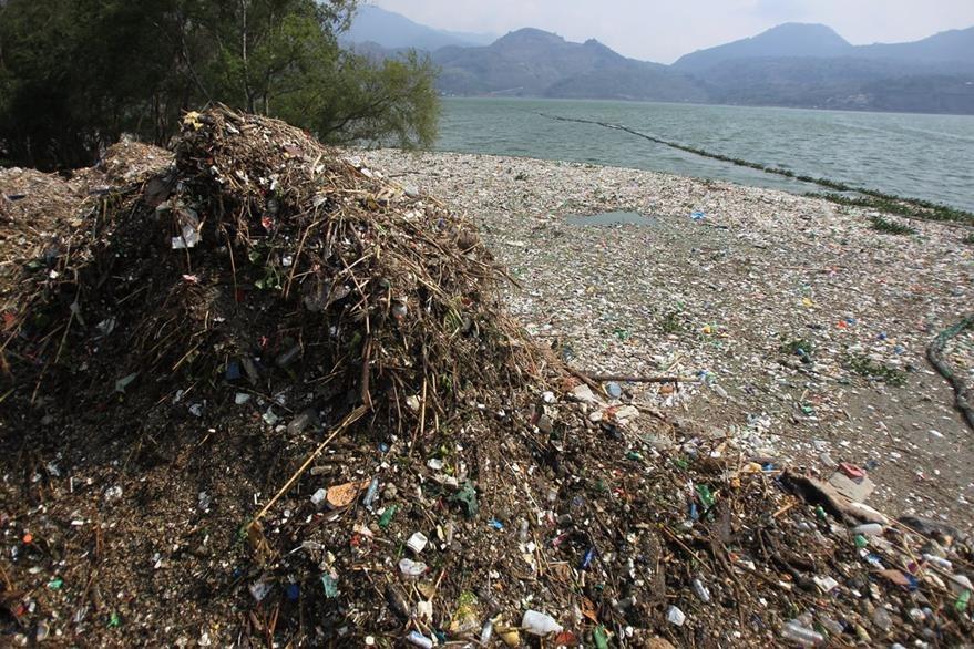 El comienzo del invierno arrastró toneladas de basura al lago. (Foto Prensa Libre: E. García)