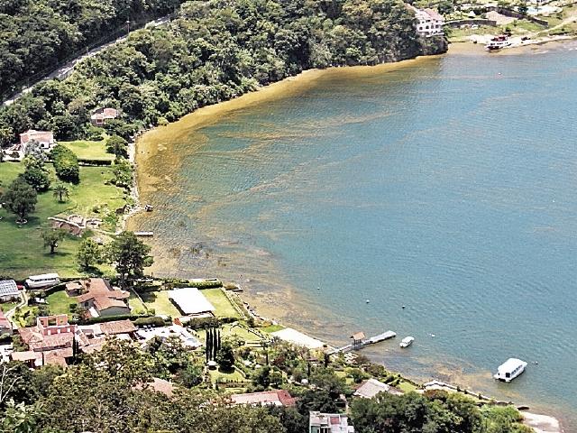 La contaminación por aguas servidas es evidente  en varios sectores del Lago de Atitlán, Sololá. (Foto Prensa Libre: Hemeroteca PL)