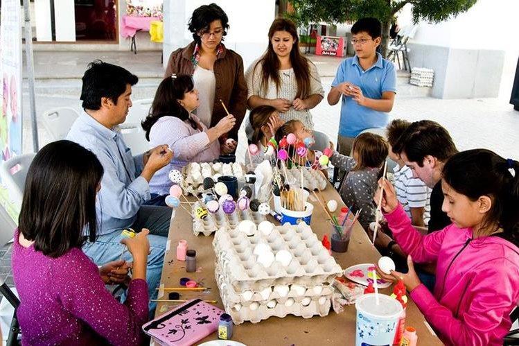 Niños y adultos participan en el proyecto Pintado Sonrisas en Cascarones, que los inspira para hacer diferentes creaciones. (Foto Prensa Libre: Cortesía)