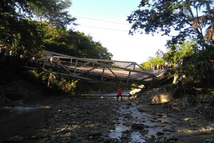 Curiosos observan el daño en la estructura, en Gualán, Zacapa. (Foto Prensa Libre: @DTransitoPNC).
