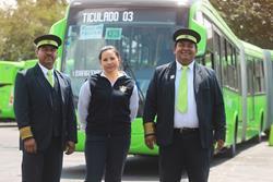 Karla Marisol Matías (c), madre de familia y y piloto del Transmetro, junto con sus colegas Erick Eduardo Velásquez (d) y Carlos Gravez (d). (Foto Prensa Libre: Álvaro Interiano)