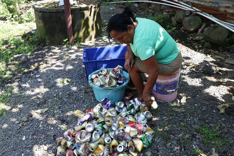 Doña Rubí Estrada recicla unas 20 libras de latas a la semana. (Foto Prensa Libre: Enrique Paredes)
