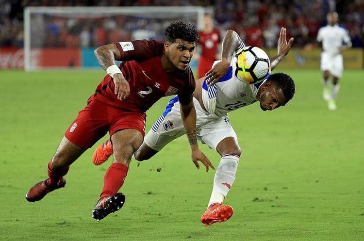 DeAndre Yedlin, de Estados Unidos, disputa el baón con Alberto Quintero, de Panamá.