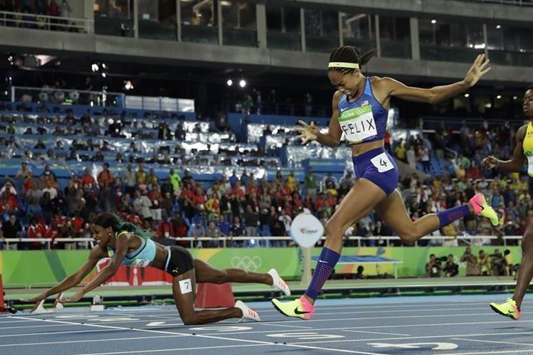 Shaunae Miller se lanza a la línea de meta y arrebata el oro a Allyson Felix. (Foto Prensa Libre: AP)