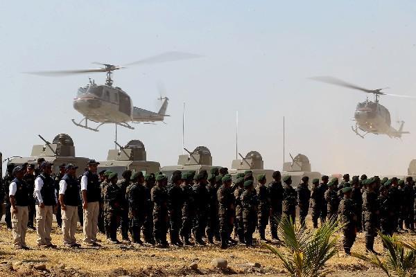 <p>Con vehículos blindados, helicópteros y embarcaciones, la Fuerza de Tarea Tecún Umán hace una demostración de su capacidad de acción.</p>
