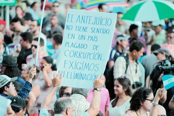 Miles de  guatemaltecos han salido a las calles para denunciar los actos  de corrupción. (Foto Prensa Libre: Hemeroteca PL)