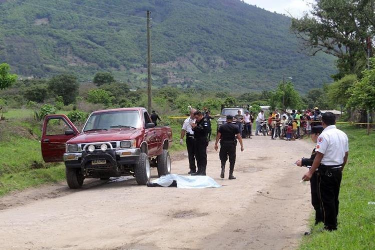 Vecinos observan el cadáver del salvadoreño Jorge Castillo, quien fue ultimado en el camino de Jalapa a la aldea Achiotes Jumay. (Foto Prensa Libre: Hugo Oliva)