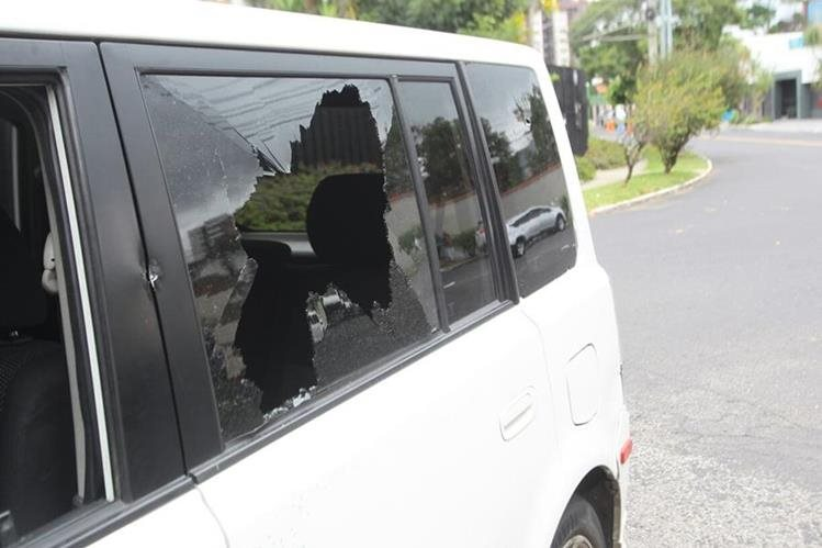El piloto fue atacado supuestamente por un guardia de seguridad cuando se estacionaba frente a un centro educativo. (Foto Prensa Libre: Estuardo Paredes)