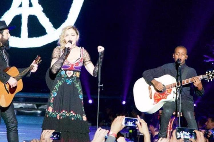 La reina del pop sorprendió en París con actuación sorpresa. (Foto Prensa Libre: Tomada de twitter.com/Madonna)