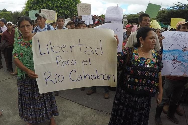 Manifestantes piden que se respete los recursos naturales en Alta Verapaz. (Foto Prensa Libre: Eduardo Sam).