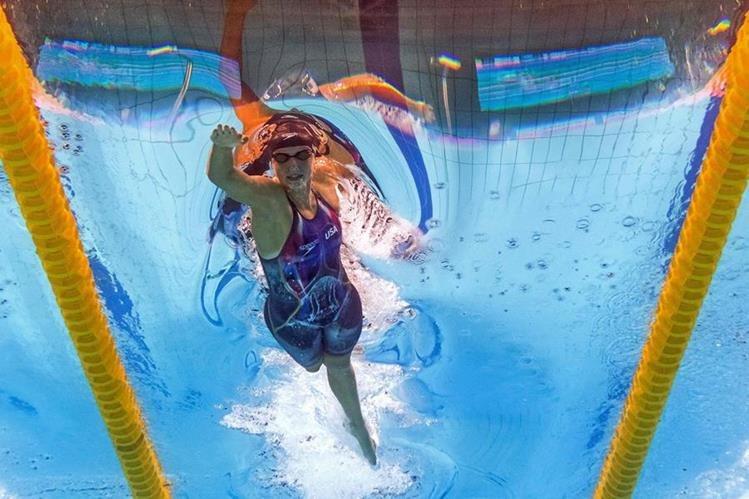 Katie Ledecky, en acción, durante las pruebas de este domingo en Budapest. (Foto Prensa Libre: AFP)