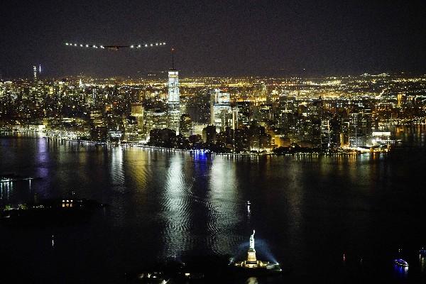 El avión Solar Impulse 2 vuela sobre la ciudad de Nueva York. (AFP).