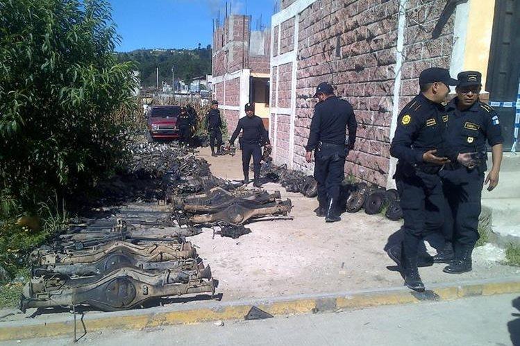 Parte de las piezas de automotores que fueron incautadas en Cantel, #Quetzaltenango. (Foto Prensa Libre: Carlos Ventura).