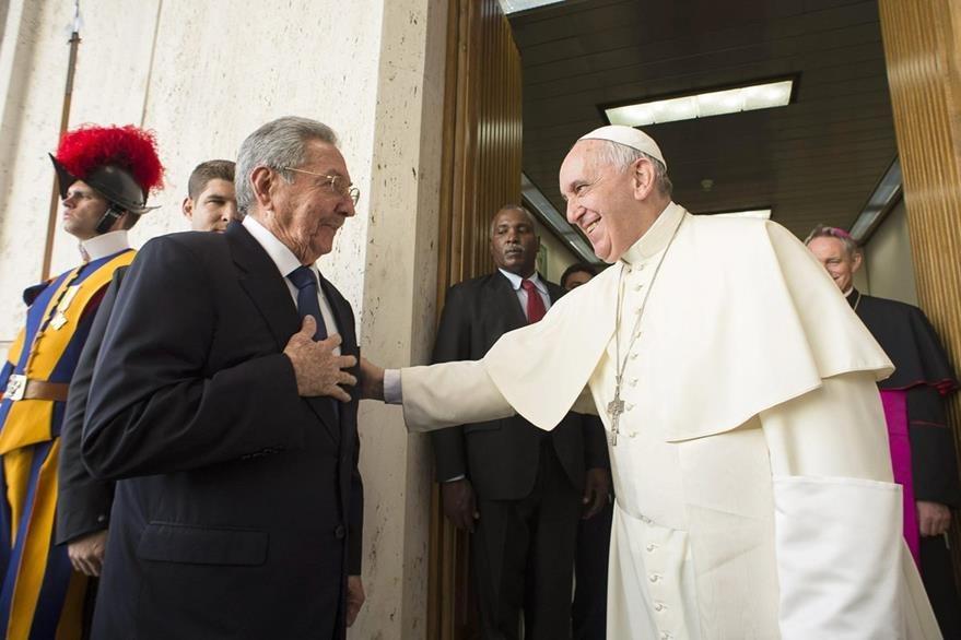 Raúl Castro (izquierda), y el papa Francisco (derecha), se saludan durante la visita del mandatario cubano al Vaticano. (Foto Prensa Libre: EFE).