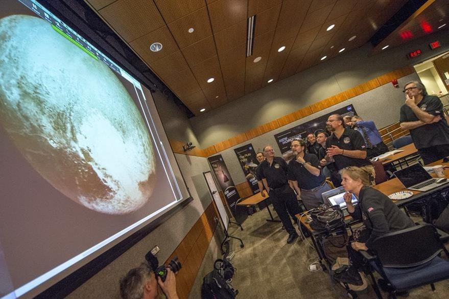 Miembros de la Nasa observan el viaje de la nave espacial.(Foto Prensa Libre: AP/Nasa)