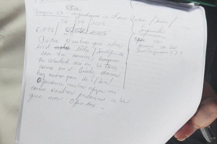 Roxana Baldetti, por momentos ausente de lo sucedido en la Sala de Audiencias, dedicó parte de su tiempo a escribir el Padre Nuestro en las hojas que tenía. (Foto Prensa Libre: Esbin García)