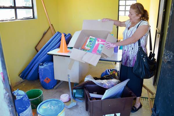 Una de  las maestras  muestra destrozos por robo. (Foto Prensa Libre: Jorge Tizol)