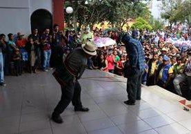 Samuel Osorio recibió 13 azotes, en la plaza central de Santa Cruz del Quiché (Foto Prensa Libre: Héctor Cordero)
